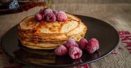 pancakes mit ahornsirup pfannkuchen